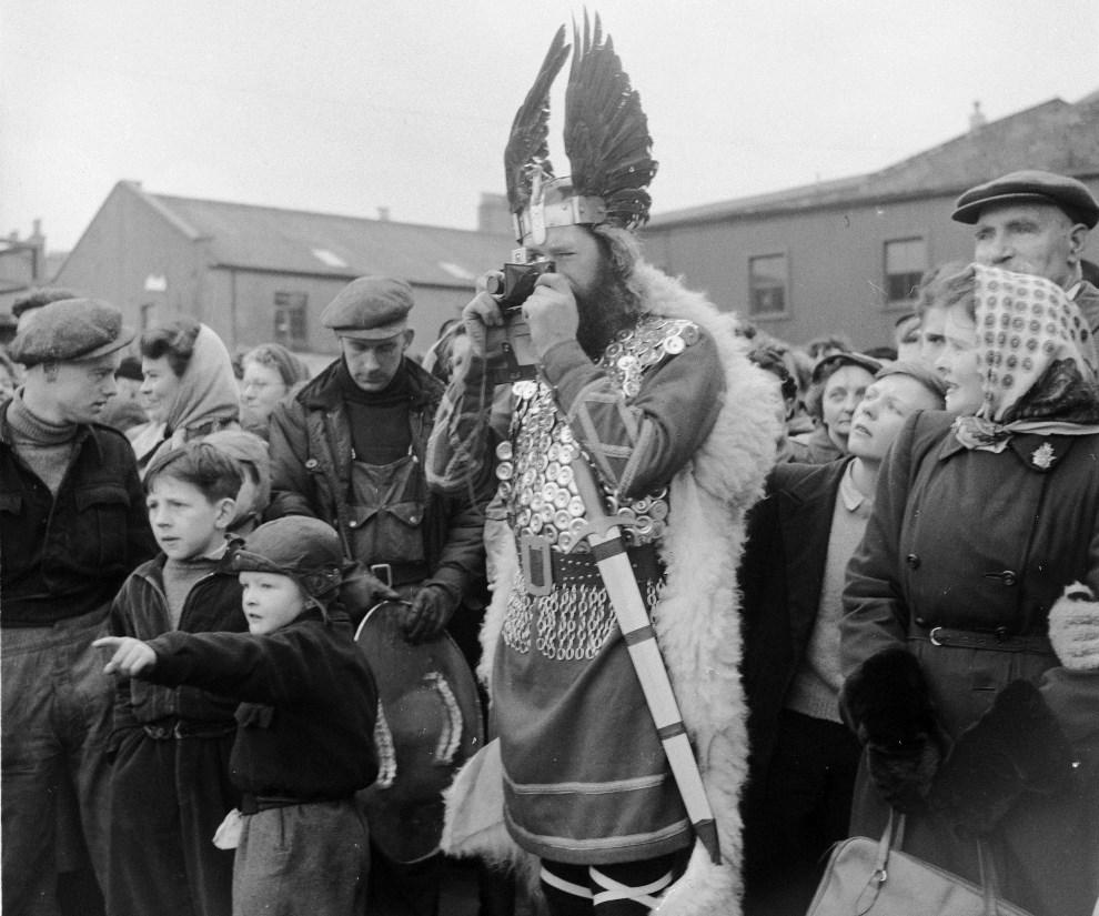 17.WIELKA BRYTANIA, Lerwick, 1950 (prawdopodobnie): Mężczyzna w stroju wikinga fotografuje paradę. (Foto: George Pickow/Three Lions/Getty Images)