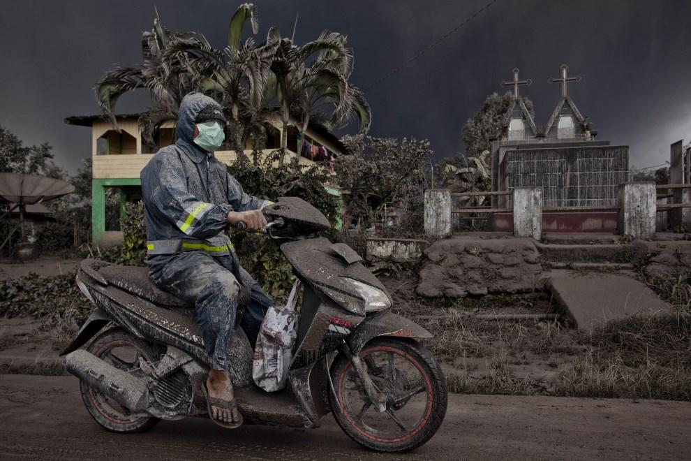18.INDONEZJA, Tiga Pancur, 4 stycznia 2014: Motocyklista przykryty pyłem wulkanicznym. (Foto: Ulet Ifansasti/Getty Images)