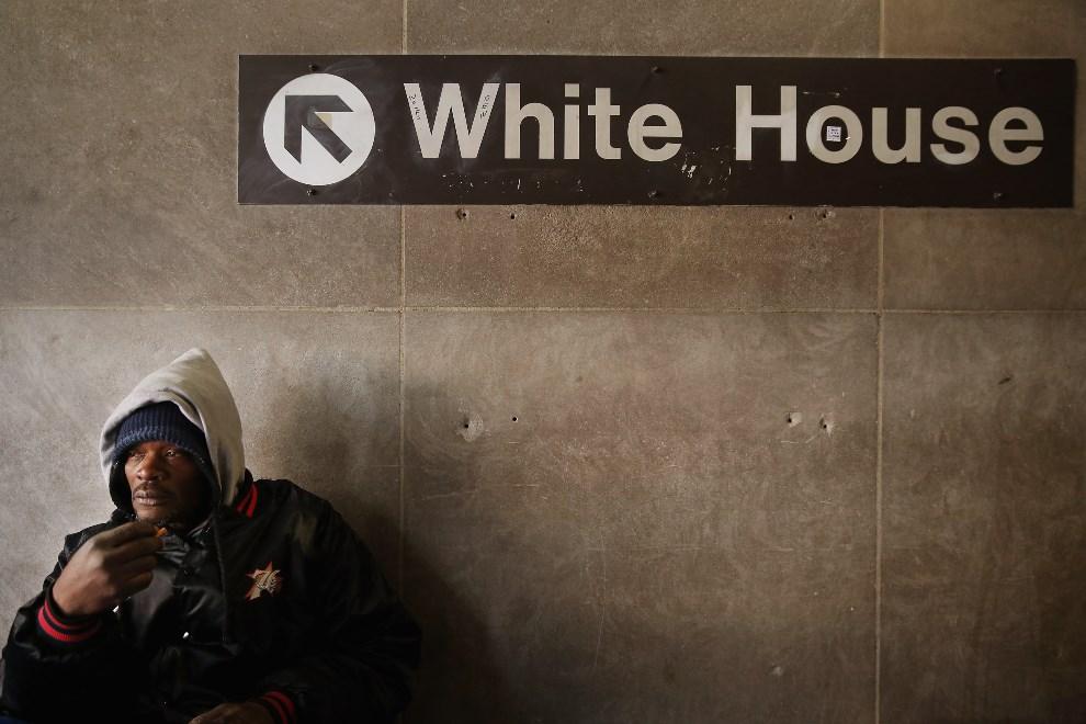 17.USA, Waszyngton, 7 stycznia 2014: Bezdomny na stacji metra. (Foto: Chip Somodevilla/Getty Images)