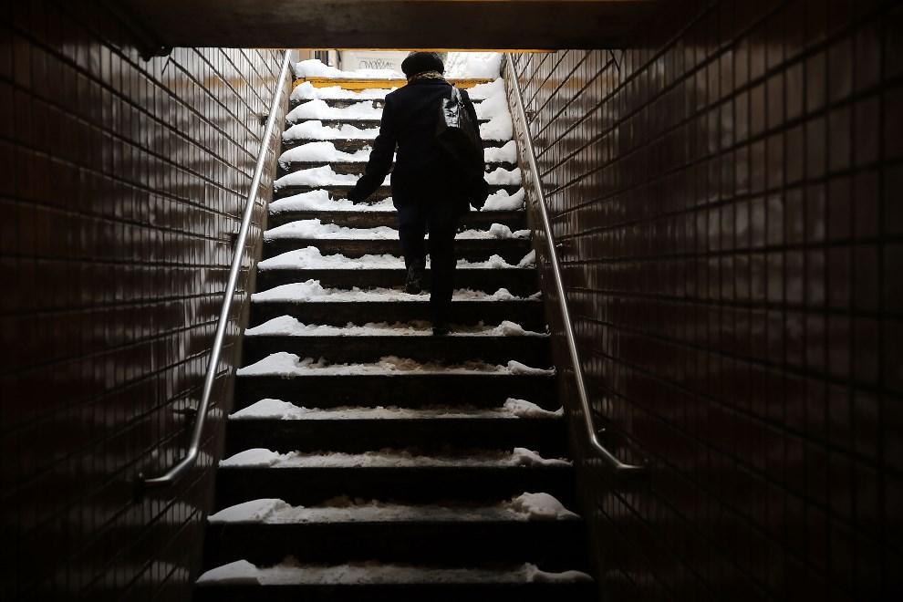 18.USA, Nowy Jork, 3 stycznia 2014: Kobieta opuszcza metro na Brooklynie. Spencer Platt/Getty Images/AFP