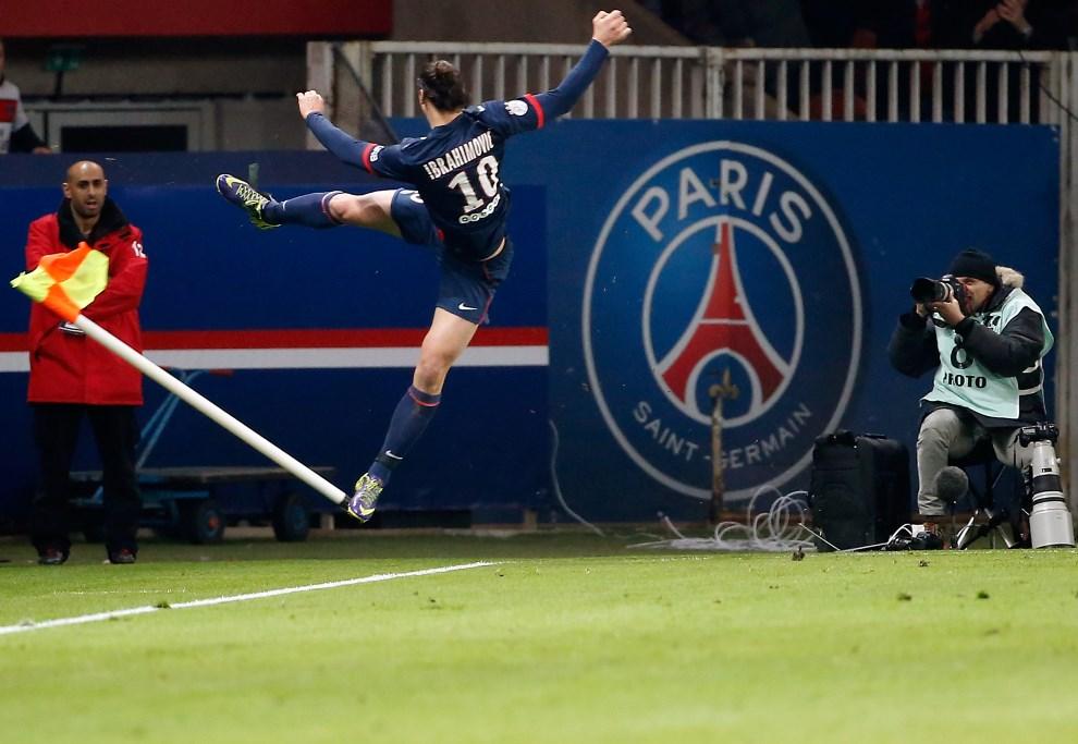 18.FRANCJA, Paryż, 19 stycznia 2014: Zlatan Ibrahimovic cieszy się zbramki zdobytej w meczu PSG z Nantes. AFP PHOTO / THOMAS SAMSON