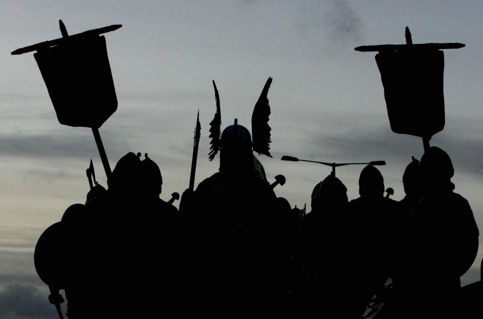 18.WIELKA BRYTANIA, Lerwick, 29 stycznia 2008: Drużyna wikingów maszerująca ulicą w Lerwick. AFP PHOTO/CARL DE SOUZA