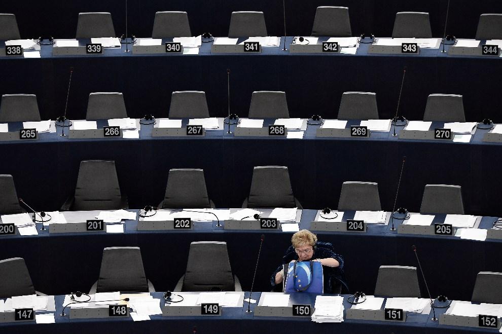18.FRANCJA, Strasburg, 15 stycznia 2014: Eurodeputowana podczas obrad dotyczących programu prezydencji Grecji w EU. AFP PHOTO/FREDERICK FLORIN