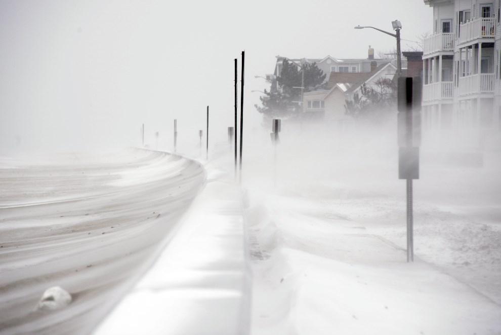 19.USA, Winthrop, 2 stycznia 2014: Śnieg nawiewany przez wiatr z plaży. Darren McCollester/Getty Images/AFP