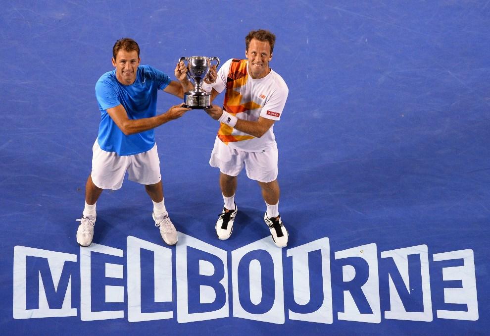19.AUSTRALIA, Melbourne, 25 stycznia 2014: Debel Lukasz Kubot / Robert Lindstedt odbierają trofeum zwycięzców  turnieju Australian Open. USE AFP PHOTO / WILLIAM WEST