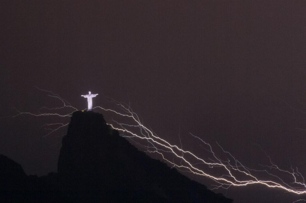 19.BRAZYLIA, Rio de Janeiro, 14 stycznia 2014:  Pomnik Chrystusa Odkupiciela na tle błyskawicy. AFP PHOTO / YASUYOSHI CHIBA