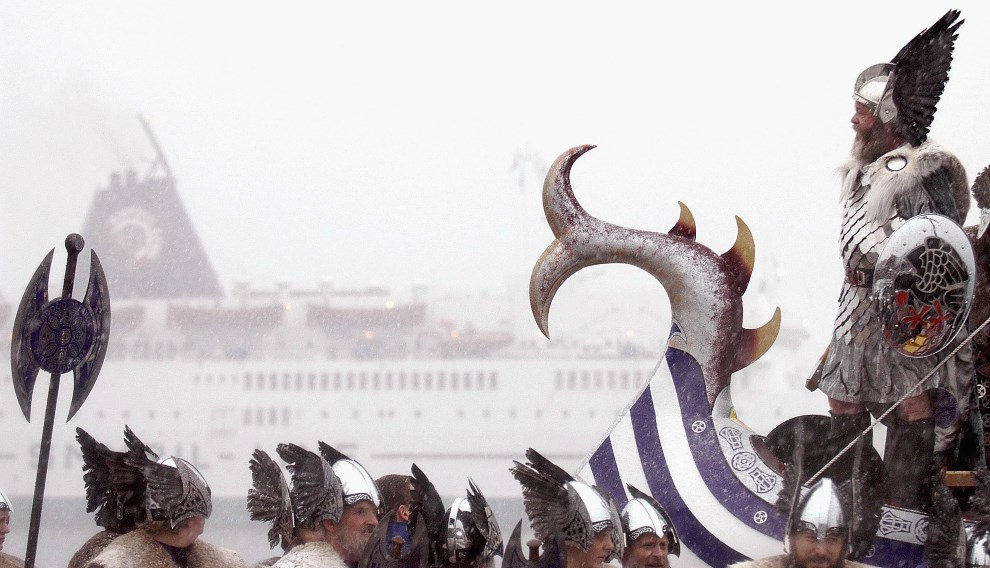 19.WIELKA BRYTANIA, Lerwick, 27 stycznia 2004: Stanley Manson (po prawej) prowadzi paradę wikingów. (Foto: Chris Furlong/Getty Images)