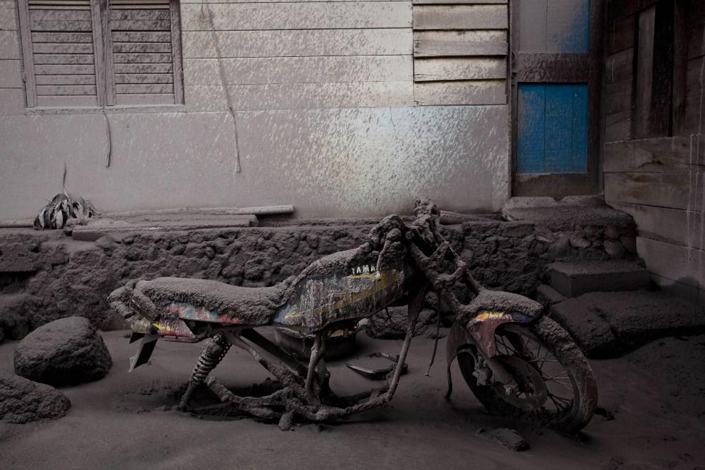 19.INDONEZJA, Sigarang Garang, 12 stycznia 2014: Motocykl przykryty pyłem wulkanicznym i błotem. (Foto: Ulet Ifansasti/Getty Images)