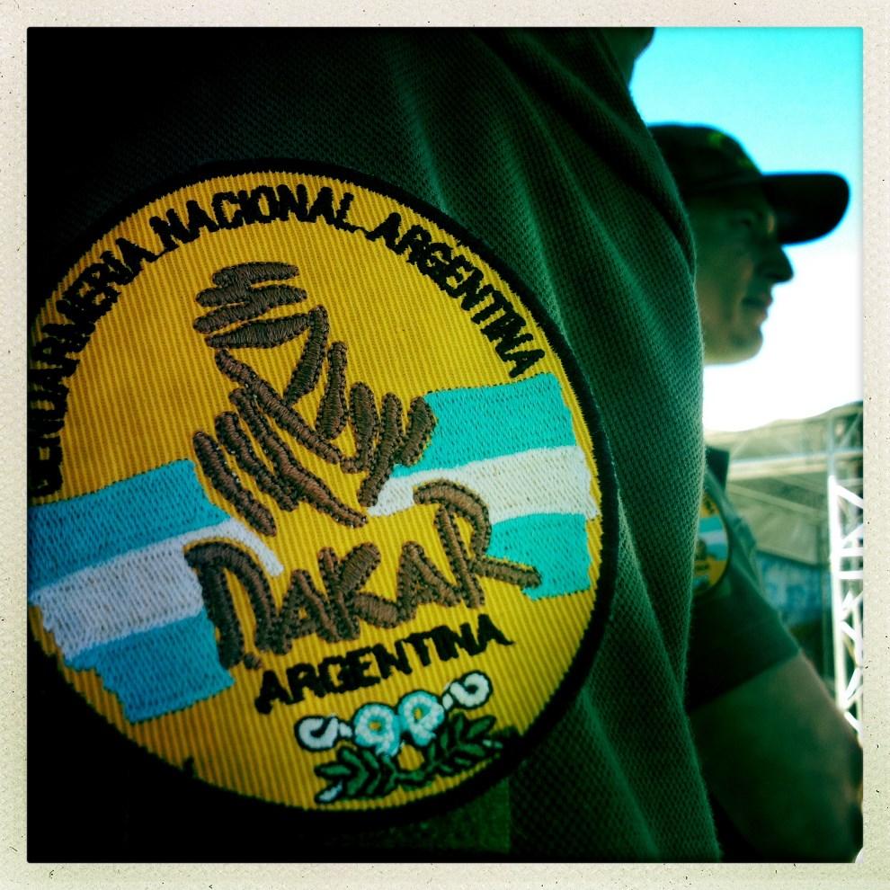 1.ARGENTYNA, Rosario, 4 stycznia 2014: Plakietka policjanta pracującego przy zabezpieczaniu Rajdu Dakar. AFP PHOTO / FRANCK FIFE