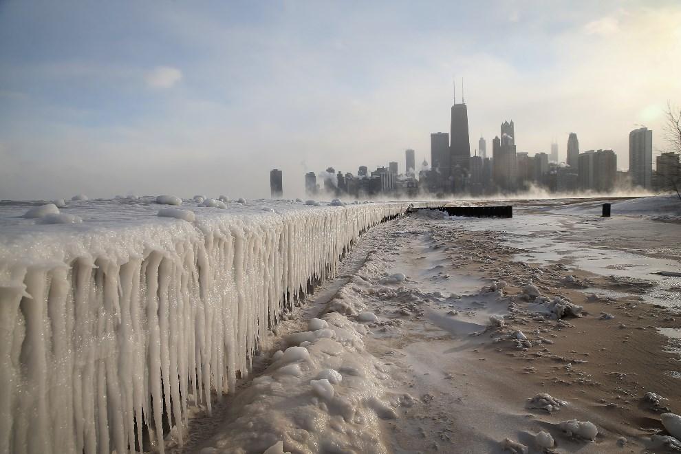 1.USA, Chicago, 6 stycznia 2014: Zamarznięte jezioro Michigan. (Foto: Scott Olson/Getty Images)