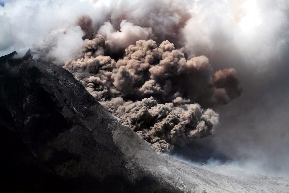 1.INDONEZJA, Karo, 11 stycznia 2014: Pył wulkaniczny wyrzucany przez wulkan Sinabung. EPA/ADE SINUHAJI Dostawca: PAP/EPA.