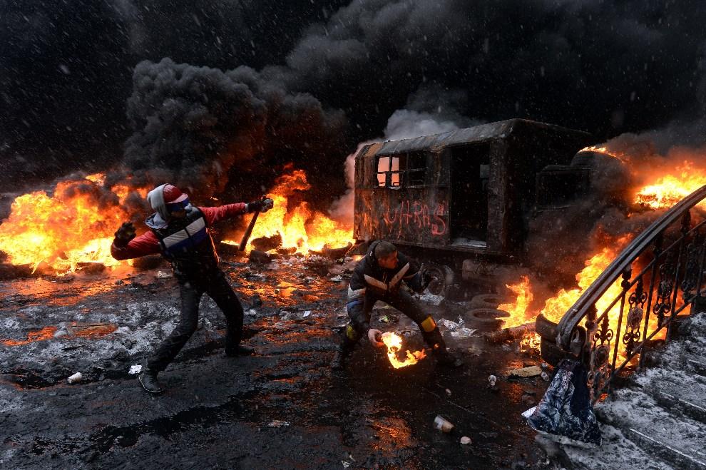 20.UKRAINA, Kijów, 22 stycznia 2014: Protestujący rzucający w kierunku oddziału milicji. AFP PHOTO/ VASILY MAXIMOV