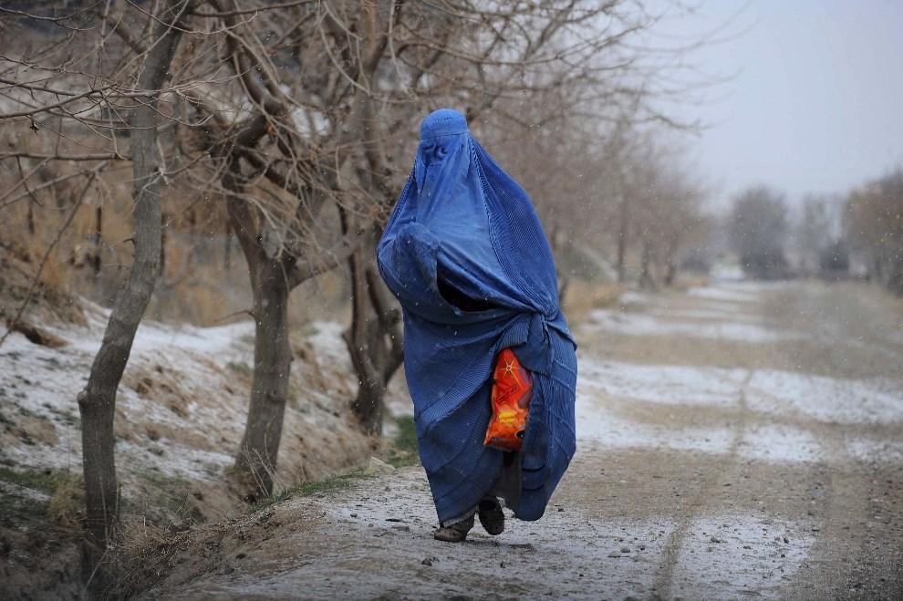 20.AFGANISTAN, Herat, 7 stycznia 2014: Afganka na drodze prowadzącej do Heratu. AFP PHOTO/Aref KARIMI