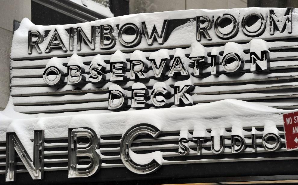 20.USA, Nowy Jork, 3 stycznia 2014: Śnieg zalegający na tablicy przy Rockefeller Center. AFP PHOTO / TIMOTHY CLARY