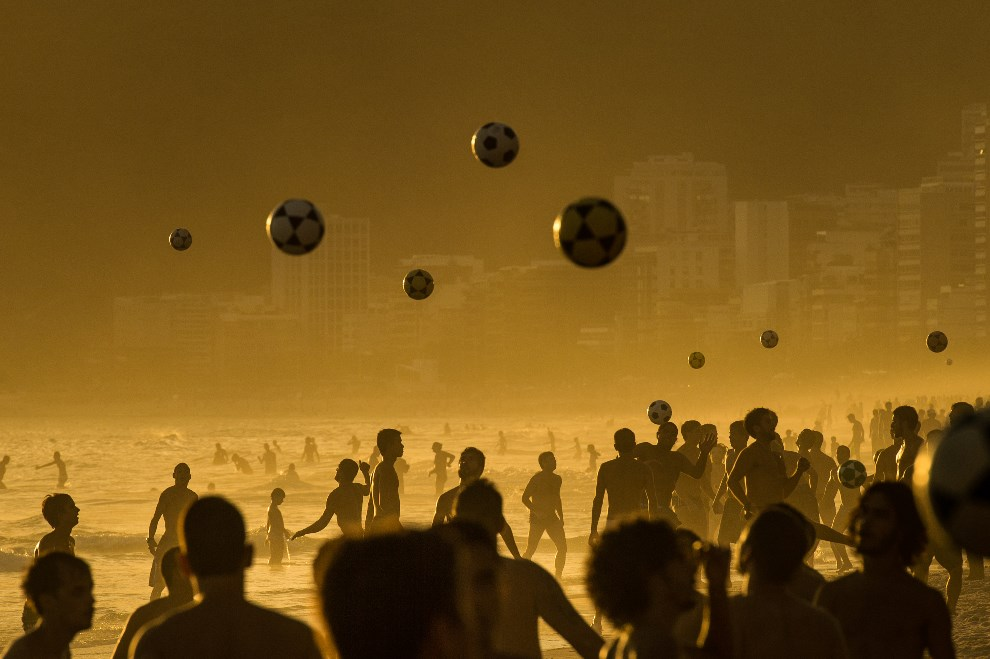 21.BRAZYLIA, Rio de Janeiro, 9 stycznia 2014: Ludzie grający w piłkę na plaży Ipanema. AFP PHOTO / YASUYOSHI CHIBA