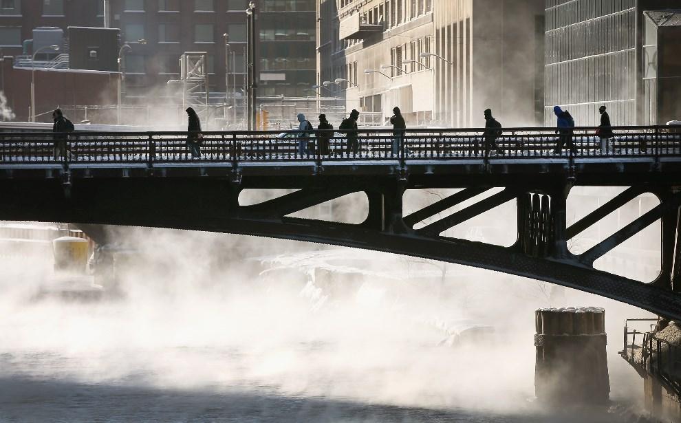 21.USA, Chicago, 6 stycznia 2014: Przechodnie na moście nad rzeką Chicago. (Foto: Scott Olson/Getty Images)