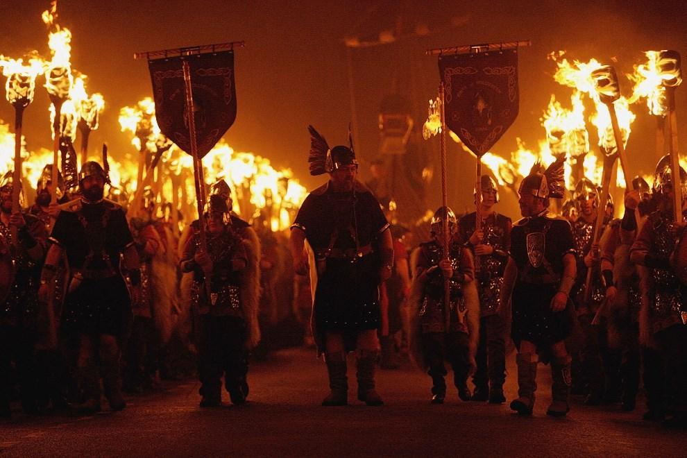 21.WIELKA BRYTANIA, Lerwick, 31 stycznia 2006: Wieczorny przemarsz wikingów ulicami Lerwick. (Foto: Jeff J Mitchell/Getty Images)