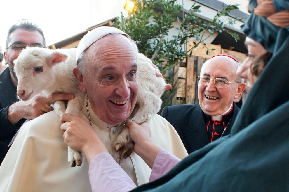 22.WATYKAN, 6 stycznia 2014: Papież Franciszek w trakcie wizyty w jednej z Parafii.  AFP PHOTO / OSSERVATORE ROMANO/HO