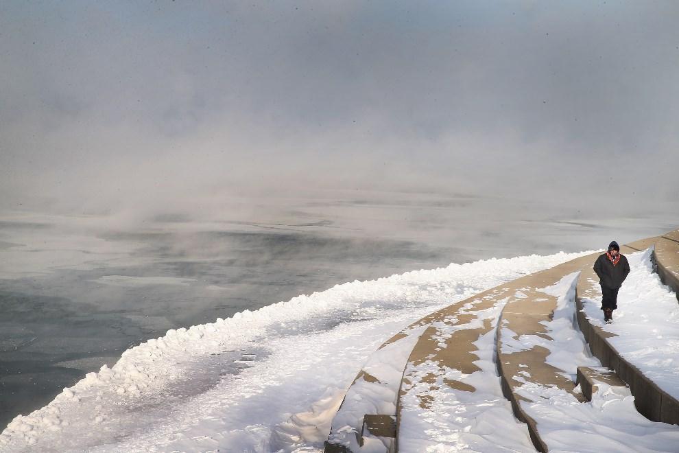 22.USA, Chicago, 6 stycznia 2014: Mgła unosząca się na jeziorem Michigan. (Foto: Scott Olson/Getty Images)