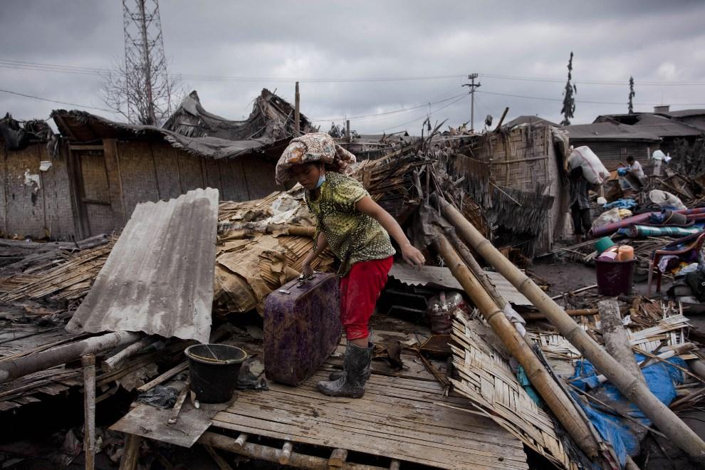 22.INDONEZJA, Sigarang Garang, 12 stycznia 2014: Kobieta zbiera pozostałości ze zniszczonego domu. (Foto: Ulet Ifansasti/Getty Images)