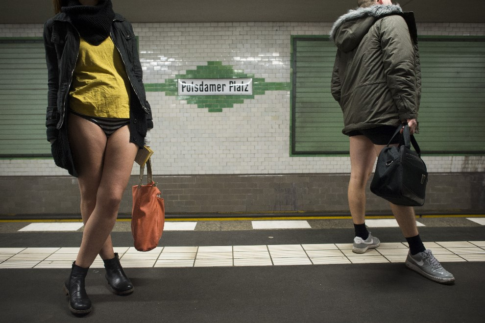 """23.NIEMCY, Berlin, 12 stycznia 2014: Uczestnicy  """"Dnia Bez Spodni"""" (aka Dzień Jazdy Metrem Bez Spodni) w metrze na przystanku Potsdamer Platz . AFP PHOTO / ODD   ANDERSEN"""