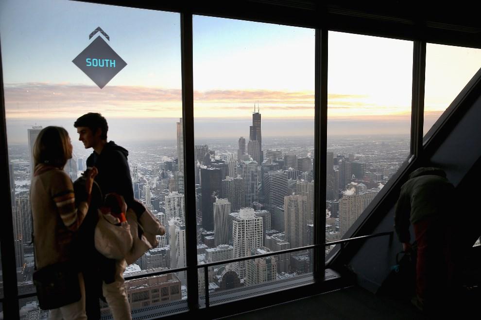 23.USA, Chicago, 7 stycznia 2014: Turyści zwiedzający John Hancock Center. (Foto: Scott Olson/Getty Images)