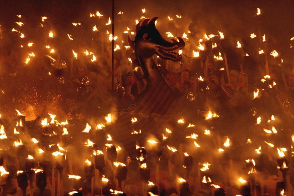"""23.WIELKA BRYTANIA, Lerwick, 31 stycznia 2006: Uczestnicy parady z okazji """"Up Helly Aa"""". (Foto: Jeff J Mitchell/Getty Images)"""
