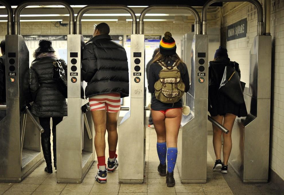 """24.USA, Nowy Jork, 12 stycznia 2014: Uczestnicy  """"Dnia Bez Spodni"""" (aka Dzień Jazdy Metrem Bez Spodni). AFP PHOTO / TIMOTHY CLARY"""