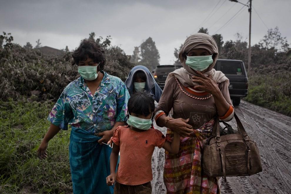 24.INDONEZJA, Tiga Pancur, 4 stycznia 2014: Ludzie na drodze prowadzącej do Tiga Pancur. (Foto: Ulet Ifansasti/Getty Images)
