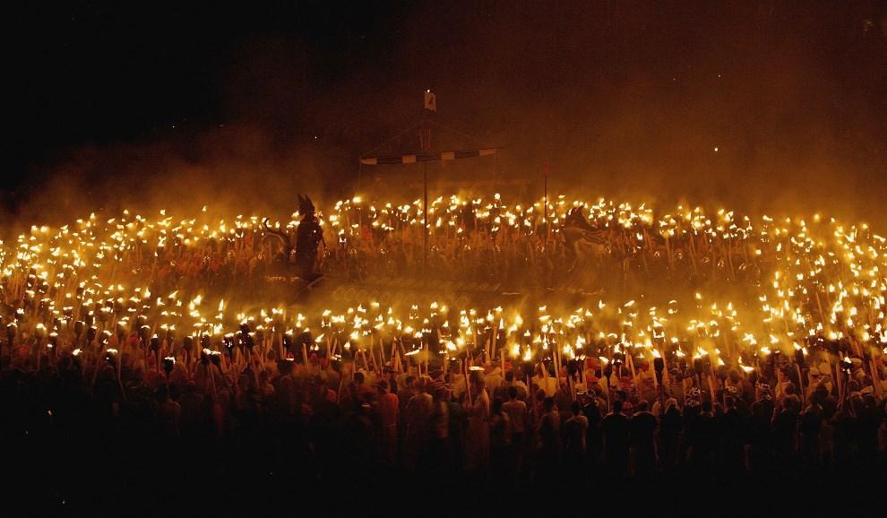 24.WIELKA BRYTANIA, Lerwick, 31 stycznia 2006: Przemarsz wikingów z pochodniami. (Foto: Jeff J Mitchell/Getty Images)