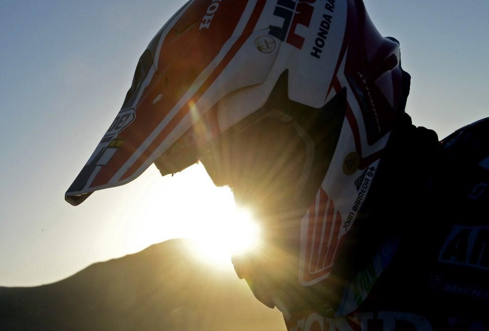 25.CHILE, Calama, 14 stycznia 2014: Joan Barreda Bort przed startem do 9 etapu rajdu. AFP PHOTO / FRANCK FIFE