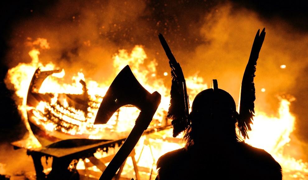 25.WIELKA BRYTANIA, Lerwick, 26 stycznia 2010: Przywódca wikingów na tle płonącej łodzi. AFP PHOTO/Carl de Souza