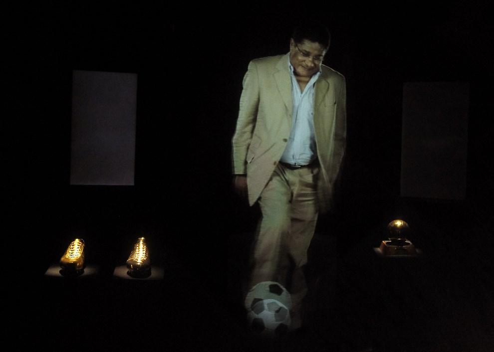 25.PORTUGALIA, Lizbona, 5 stycznia 2014: Hologram z wizerunkiem zmarłego Eusebio. AFP PHOTO / JOSE MANUEL RIBEIRO