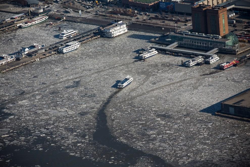 25.USA, Nowy Jork, 9 stycznia 2014: Prom przedziera się przez zamarznięte wody rzeki Hudson. (Foto: Andrew Burton/Getty Images)