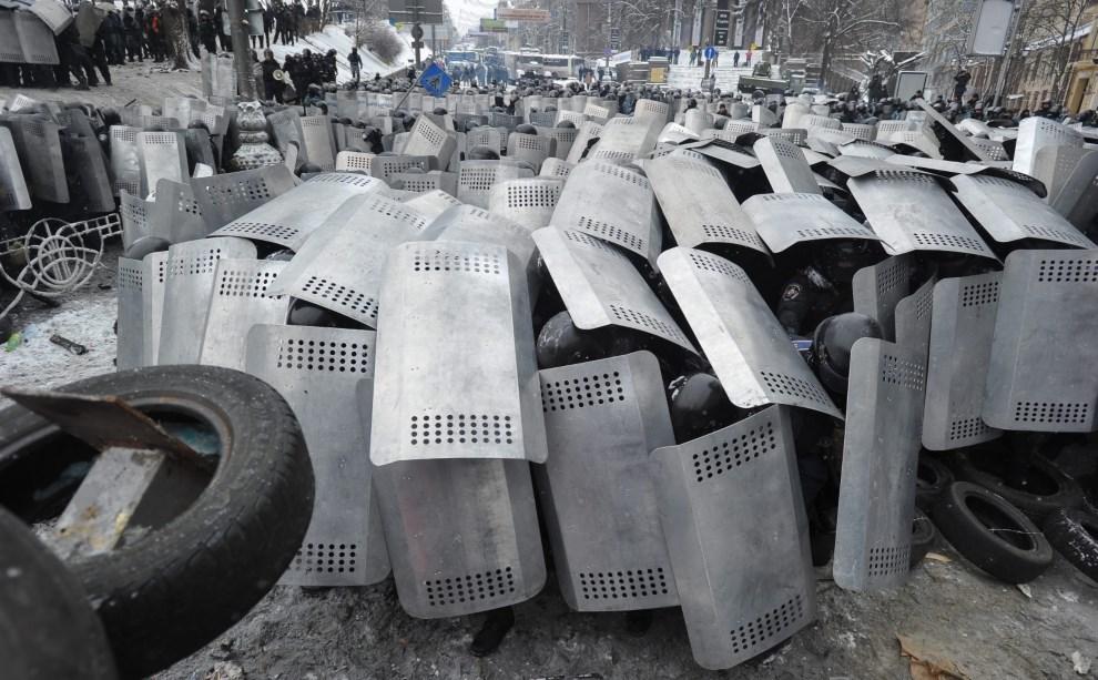 25.UKRAINA, Kijów, 22 stycznia 2014: Milicjanci chronią się za tarczami. EPA/ALEXEY FURMAN Dostawca: PAP/EPA.