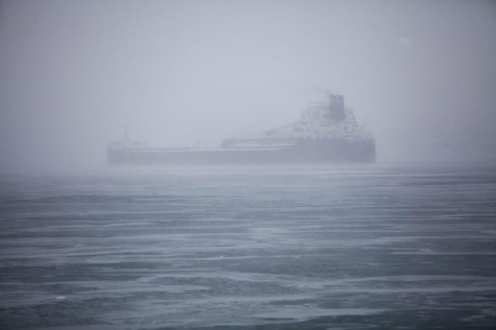 26.USA, Detroit, 6 stycznia 2014: Statek transportowy na rzece Detroit. (Foto: Joshua Lott/Getty Images)