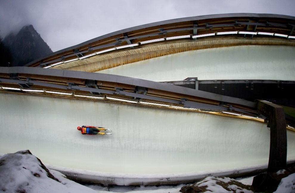 27.NIEMCY, Koenigssee, 5 stycznia 2014: Felix Loch na trasie toru saneczkowego. AFP PHOTO / DPA / TOBIAS HASE