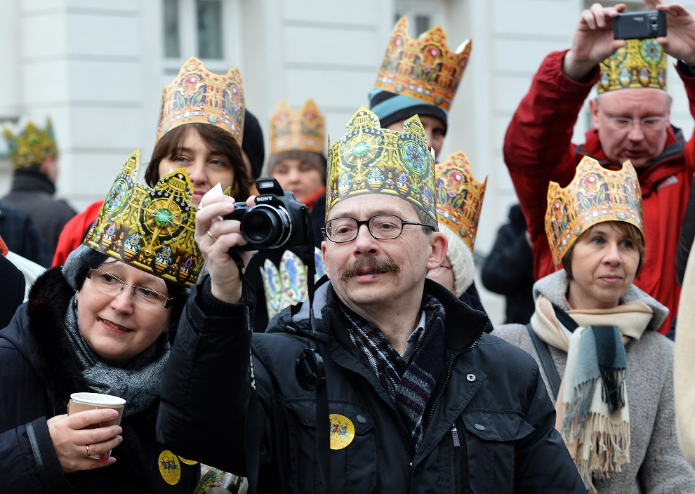28.POLSKA, Warszawa, 6 stycznia 2014: Widzowie przyglądający się Orszakowi Trzech Króli. AFP PHOTO / JANEK SKARZYNSKI