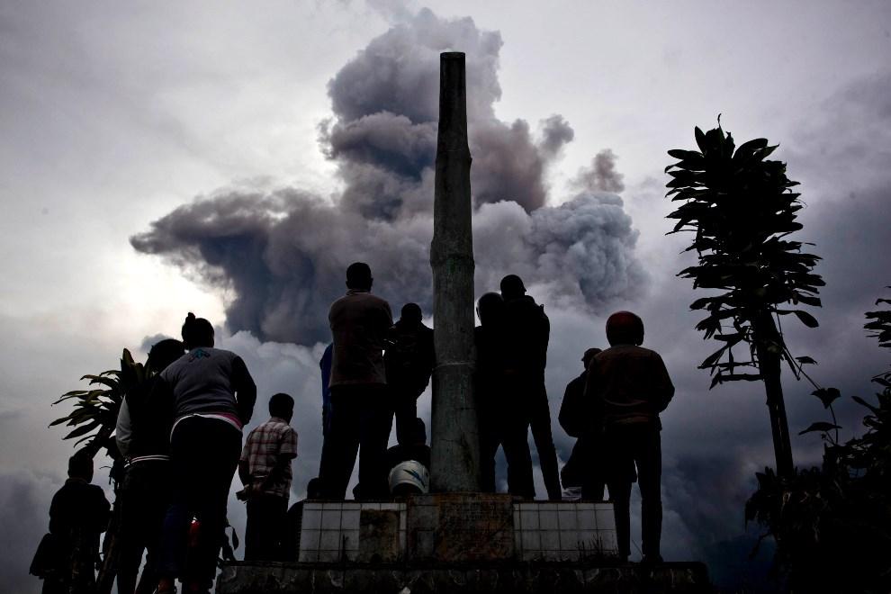 29.INDONEZJA, Simpang Empat, 3 stycznia 2014: Mieszkańcy Simpang Empat obserwują erupcję wulkanu. (Foto: Ulet Ifansasti/Getty Images)
