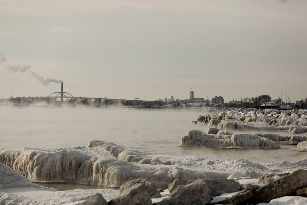 28.USA, Milwaukee, 7 stycznia 2014: Zamarznięte jezioro Michigan. (Foto: Darren Hauck/Getty Images)