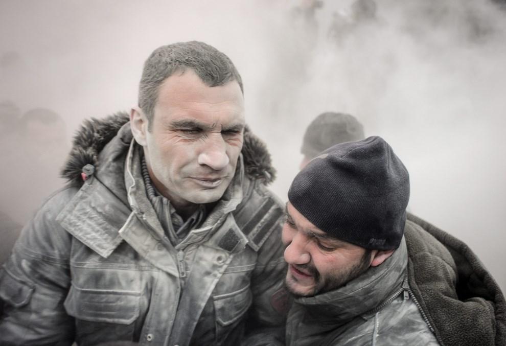 28.UKRAINA, Kijów, 19 stycznia 2014: Witalij Kłyczko (przedstawiciel opozycji) pokryty pyłem z gaśnicy proszkowej. EPA/ROMAN PILIPEY Dostawca: PAP/EPA.