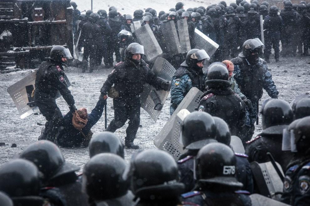 29.UKRAINA, Kijów, 22 stycznia 2014:  Milicjanci dokonują aresztowania podczas walk w Kijowie. AFP PHOTO/ OLEKSANDR RATUSHNIAK