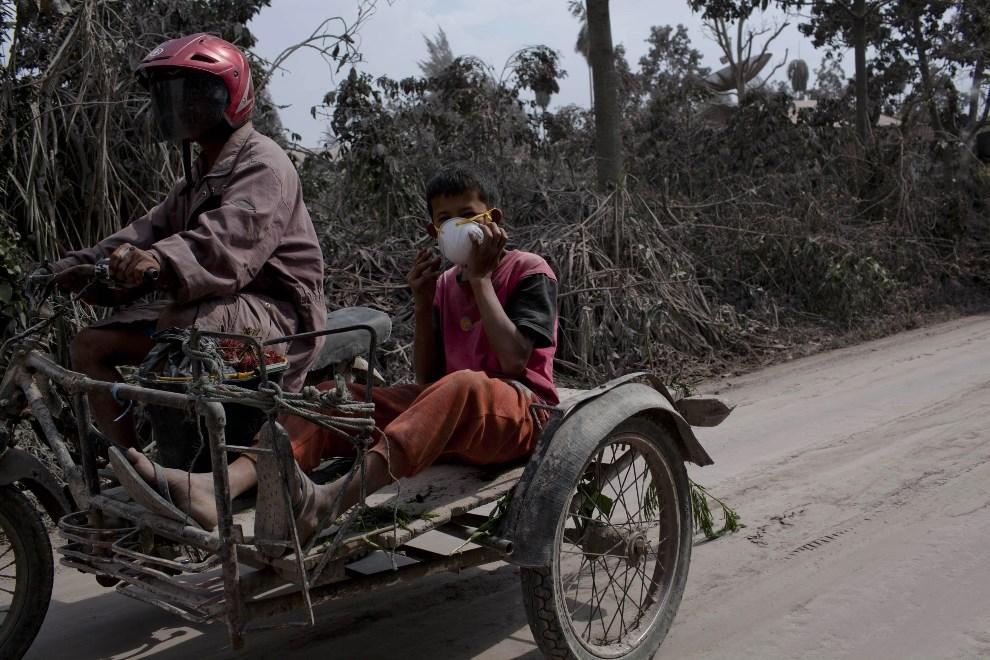 30.INDONEZJA, Tiga Pancur, 6 stycznia 2014: Motocyklista na drodze prowadzącej do Tiga Pancur. (Foto: Ulet Ifansasti/Getty Images)