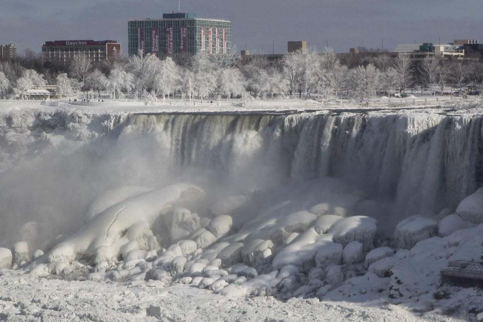 29.USA, stan Nowy Jork, 9 stycznia 2014: Zamarzający stopniowy wodospad Niagara. EPA/RICK WARNE Dostawca: PAP/EPA.