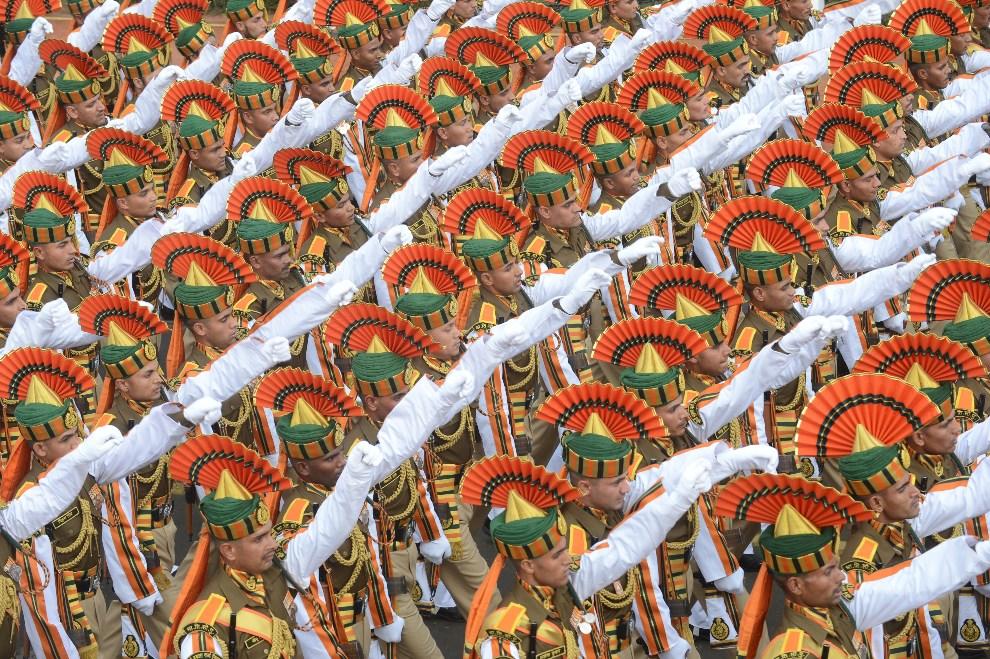 2.INDIE, New Delhi, 23 stycznia 2014: Próba generalna przed rozpoczęciem obchodów Dnia Republiki. AFP PHOTO/RAVEENDRAN