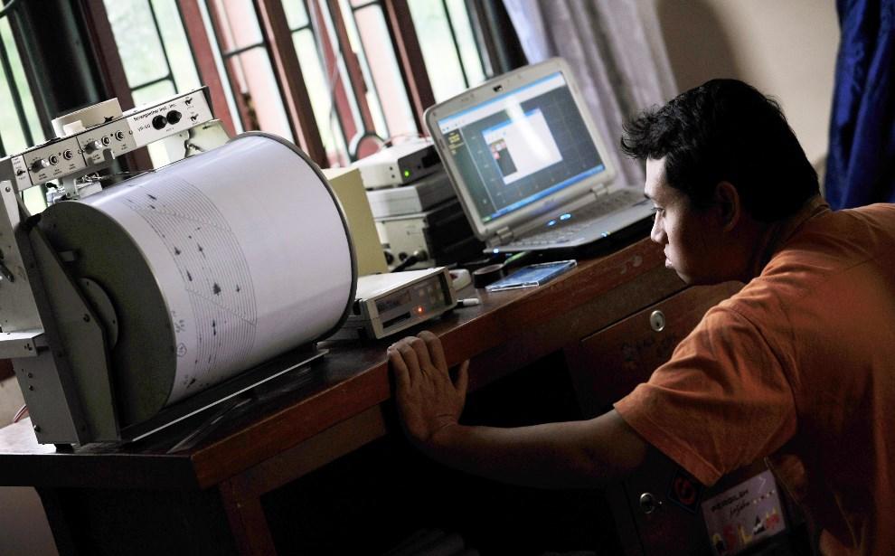 2.INDONEZJA, Surbakti, 1 września 2010: Geolog przygląda się wskazaniom sesjmografu. AFP PHOTO / Bay ISMOYO