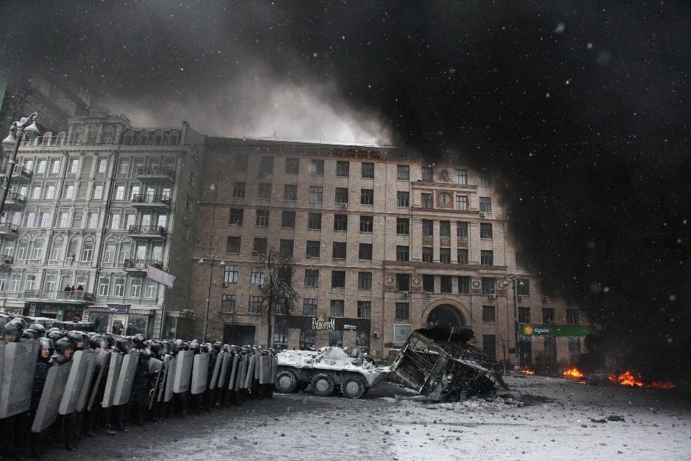 2.UKRAINA, Kijów, 22 stycznia 2014: Kordon milicji w centrum miasta. AFP PHOTO/ ANATOLIY STEPANOV