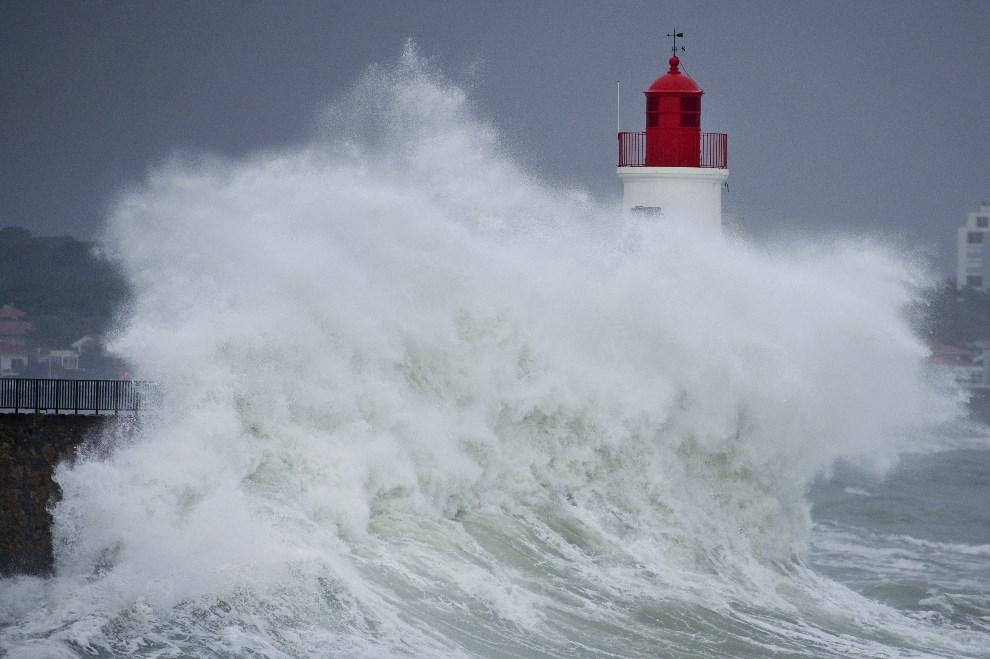2.FRANCJA, Les Sables-d'Olonne, 6 stycznia 2014: Fale rozbijają się o latarnię morską w Les Sables d'Olonne. AFP PHOTO / JEAN-SEBASTIEN EVRARD