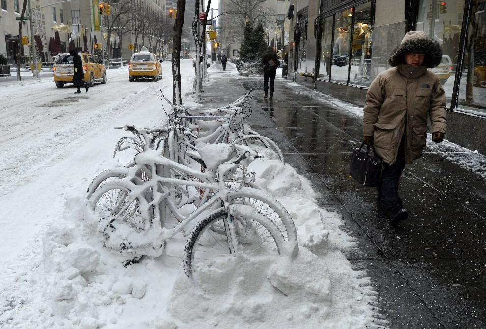 2.USA, Nowy Jork, 3 stycznia 2014: Okolice Rockefeller Center zasypane śniegiem. AFP PHOTO / TIMOTHY CLARY