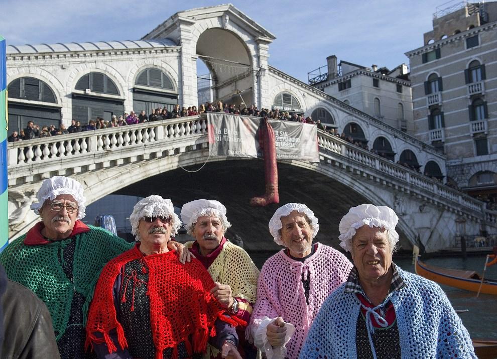 2.WŁOCHY, Wenecja, 6 stycznia 2014: -Przebrani gondolierzy przy moście Rialto. (Foto: Marco Secchi/Getty Images)